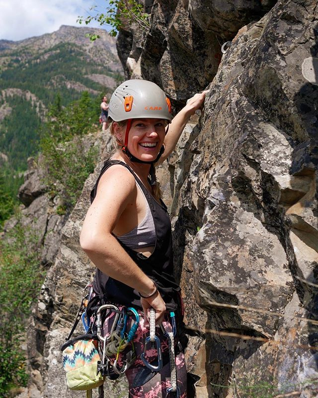 It was a beautiful weekend out in Mazama! Here's Mindy warming up at Nugget Wall, cruising up the wall between conversations about love, life, cooking, art.... sometimes climbing is life, sometimes it's important to remember life can be a lot of things. What did you get up to this weekend? #sherocks #womenwhoclimb #newfriends #mazama #heyflashfoxy