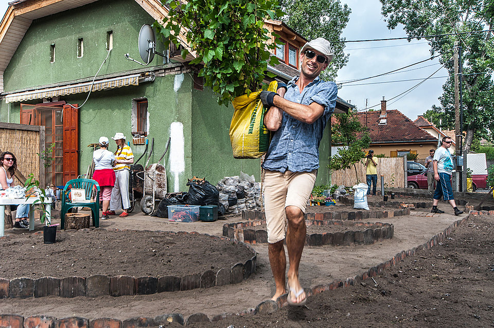 Fritz Haeg working on an Edible Estates front-yard garden in Budapest, 2012