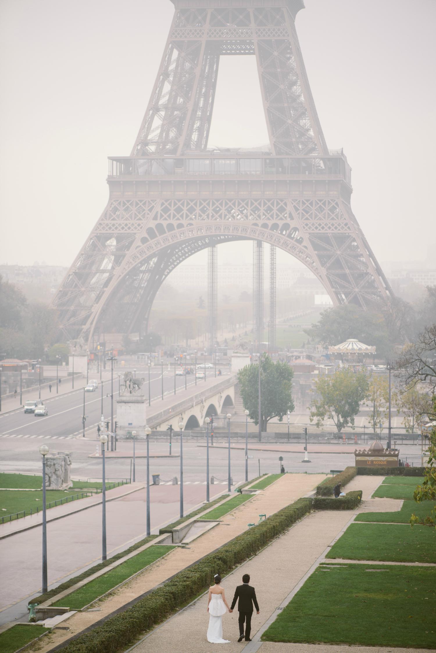 Prewedding in Paris couple walking in Trocadéro