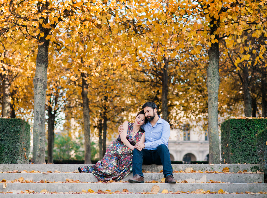 Couple sitting on the stairs of Jardin des Tuileries engagement session in Paris