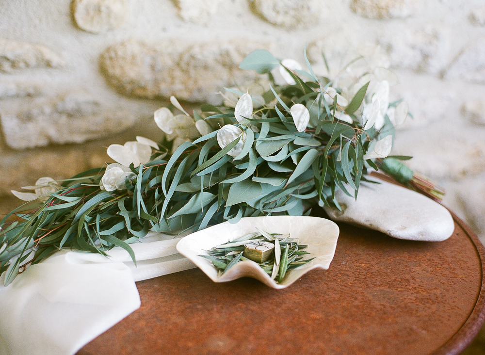 Beautiful Wedding bouquet with Lunaria. Sublime bouquet mariée avec de la Monnaie du Pape