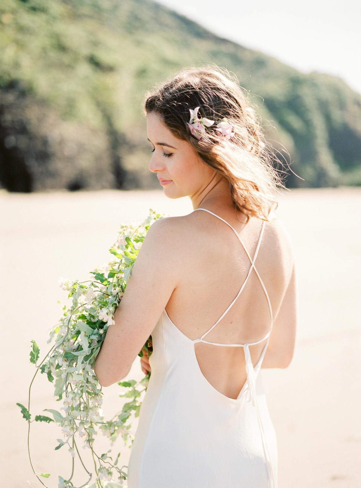 Robe de mariée pour mariage bohème et bouquet