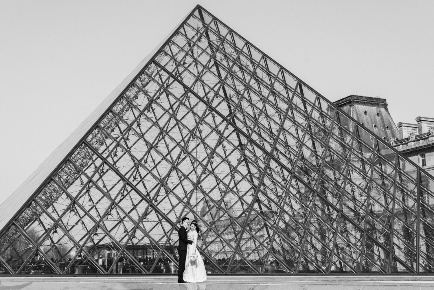 pre wedding photo Paris Louvre