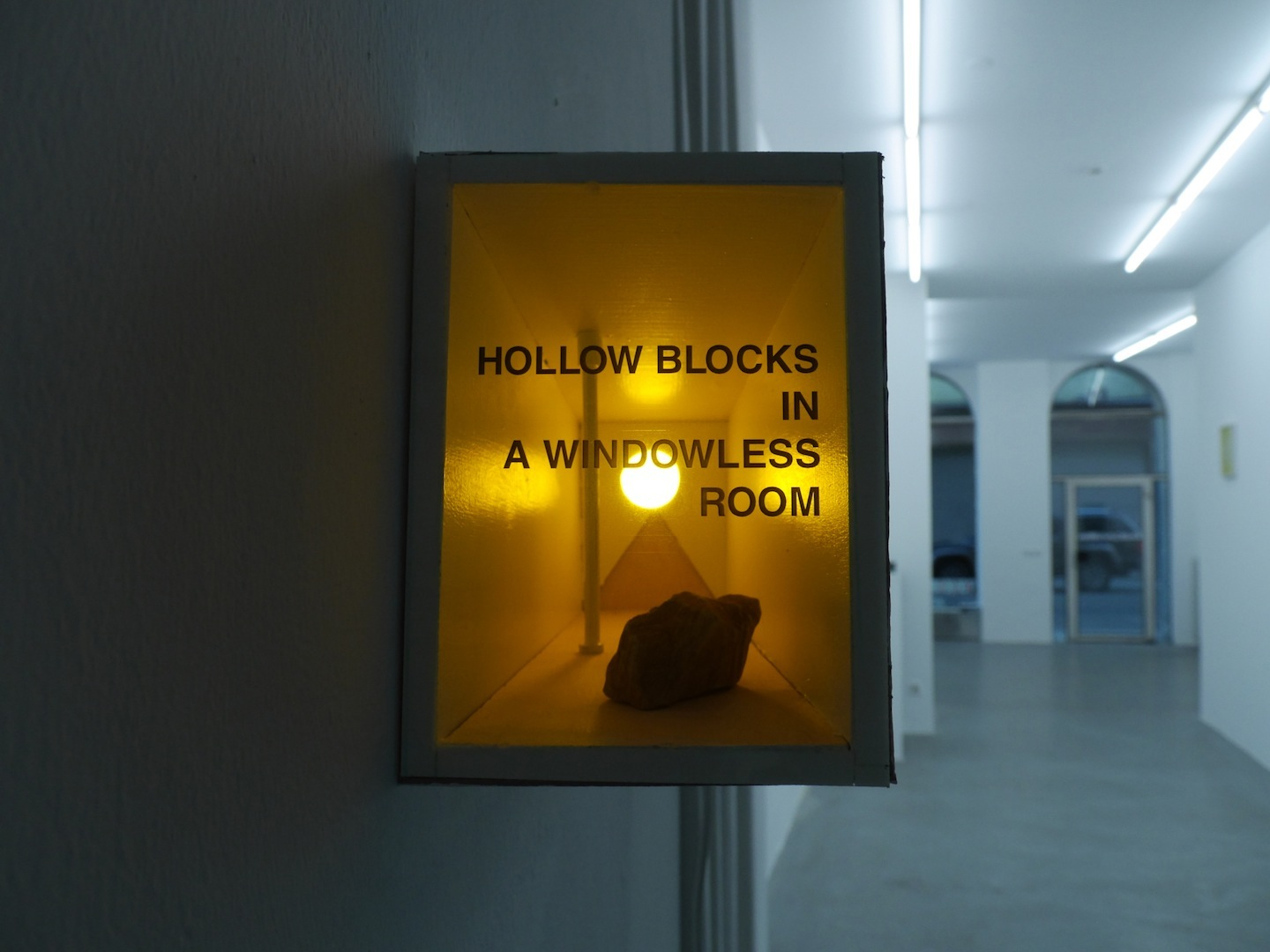 Lukasz Jastrubczak,  Reconstruction of the Photograph and the Sentence,  2015. Modell, Licht, Stein, 50 x 23 x 80 cm. Courtesy: David Radziszewski Galeria. Installationsansicht Knoll Galerie Wien, 2015.