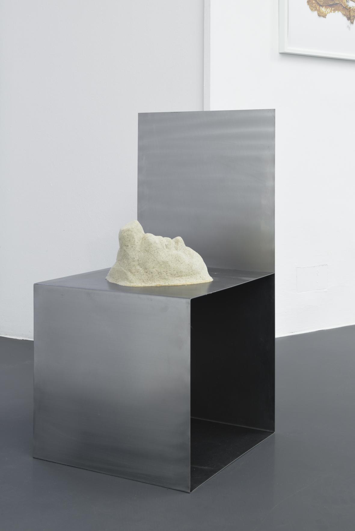 Lena Henke, Nie erlag ich seiner Persönlichkeit, 2016 Metal, sand, silicone, fibreglass, rubber 90 x 45 x 45 cm, Courtesy: Galerie Emanuel Layr