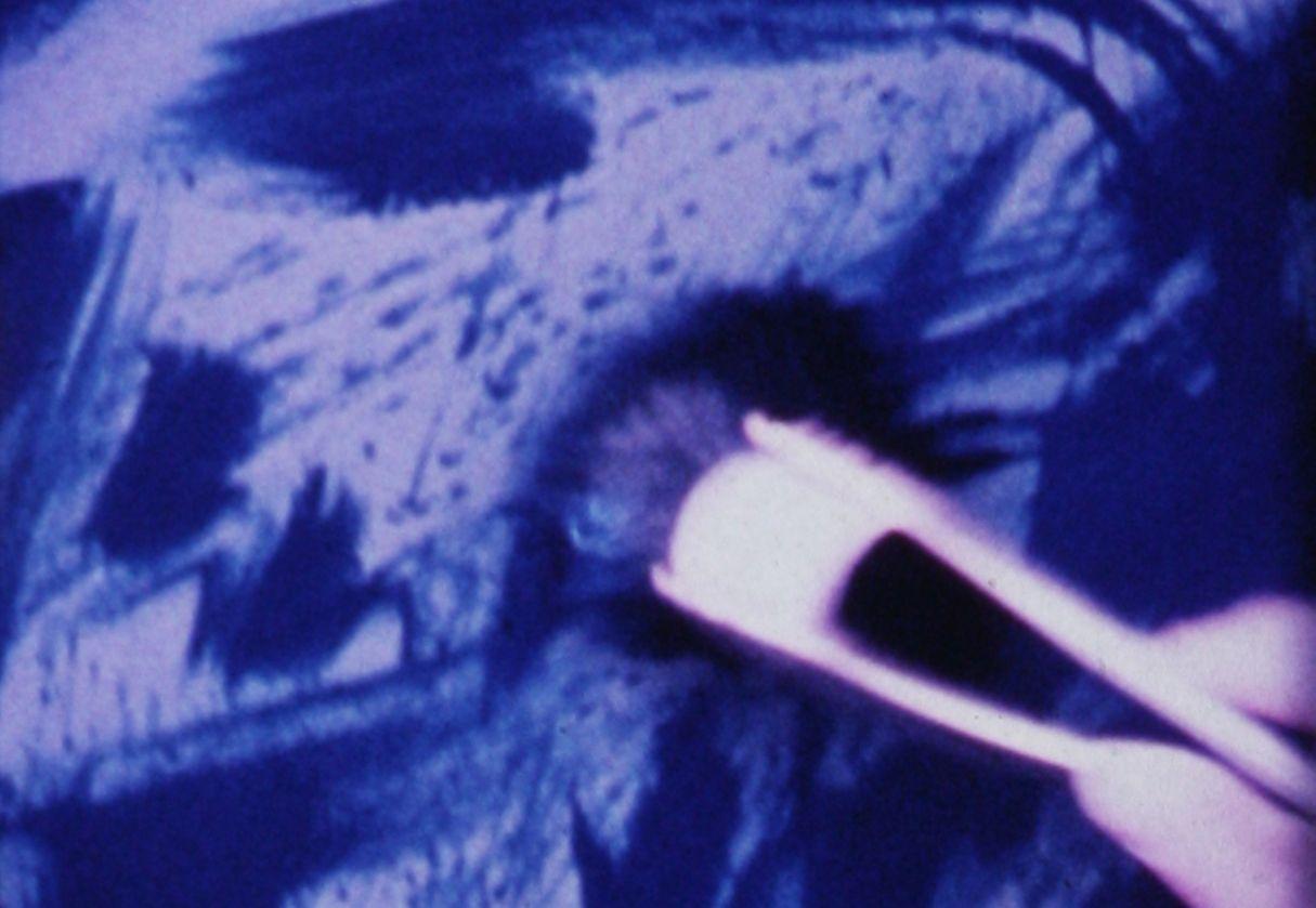 Margaret Raspé, Blau auf Weiß, Ränder und Rahmen (Blue on White Edges and Frames), 1979, Super 8 transferred to blu-ray, color, silent 18:00 min, Courtesy: Galerie Emanuel Layr