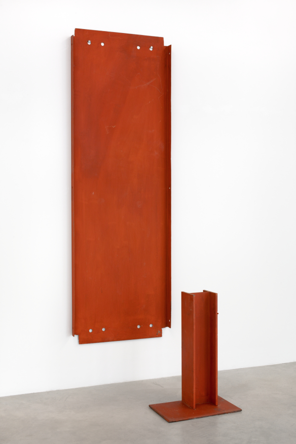 MEUSER, Flusskrebs, 1990 Eisen, Grundierfarbe 2 Teile, installiert 202 x 68 x 50 cm, Courtesy: Galerie Christine König