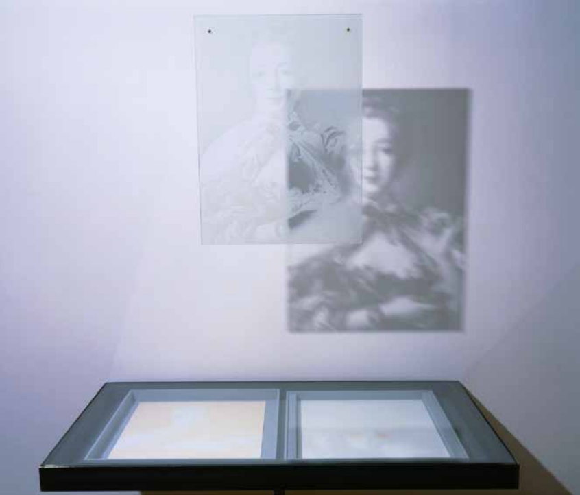 Das kleine i, curated by_Dirck Möllmann, Paul Etienne Lincoln, Jeanne-Antoinette Poisson Madame d'Étioles Madame de Pompadour (Pompadour Glass Rose), 1993, Stoffschachtel, Siebdruckglas, 2 bedruckte Karten , 4×40,5×51 cm, Photo: Paul Etienne Lincoln