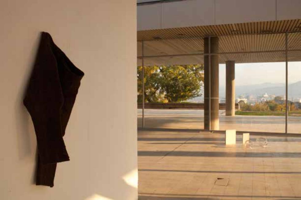 Spinnig on an Axis, curated by_Basak Senova & Stephane Ackermann, Yane Calovski, Breeches, 2011, Wolle, Nagel, Seil, 105×10×40 cm, Installationsansicht Museum of Contemporary Art, Skopje, 2011, courtesy of the artist and Zak | Branicka Gallery, Berlin, Photo: Robert Jankuloski