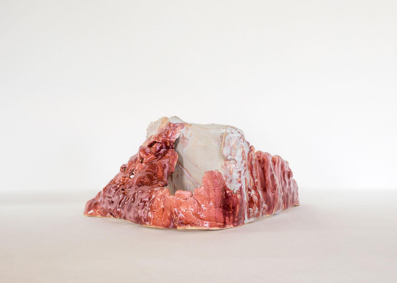 SIMONE FATTAL  HOUSE IN THE DESERT 1, 2015–2016 19 x 48 x 37 cm, Stoneware / Steinzeug, glazed / glasiert Courtesy by the artist, Kaufmann Repetto, Galerie Hubert Winter,  Photo: Nadim Asfar