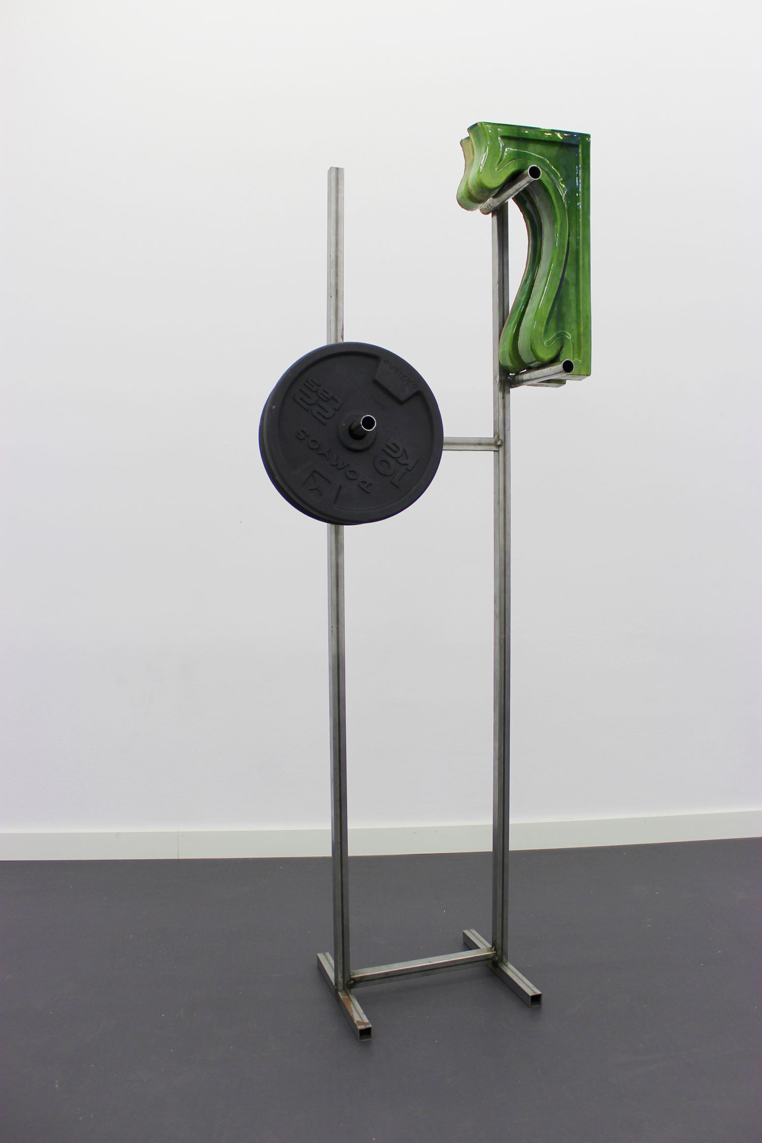 DAVID BESTUÉ  EXPOSITOR 3, 2016 Metal structure with two weights and two modernist ceramic elements / Metallstruktur mit zwei Gewichten and zwei modernistischen Keramikelementen 163,5 × 73 × 33,5 cm Courtesy García Galería, Madrid,  Photo: Roberto Ruiz
