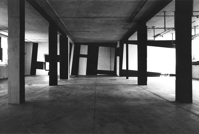 BEVERLY PIERSOL  KUNSTFABRIK, 1988 Acryl schwarz/weiß auf gespannter Leinwand und direkt auf der Wand, in situ approx. / ca. 400 x 1600 cm  Photo: Beverly Piersol