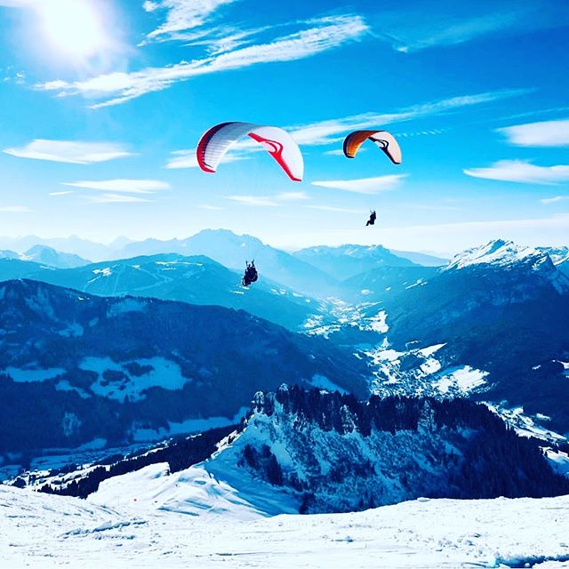 It's not just awesome conditions for skiing at the moment. I've seen paragliders out today soaring in the thermals with golden eagles! ❄️🕊💙 🦅🌞 repost @legrandbornand