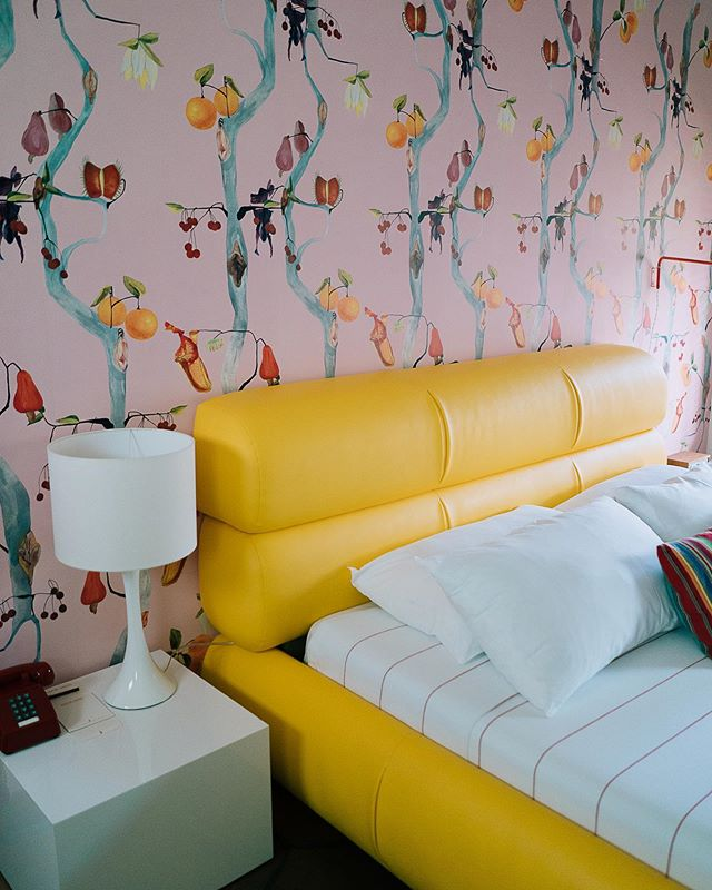 Full on wallpaper goals over here, people. Peep our favorite @voutsa designs in all of the rooms at the @austinmotel! Book your stay ASAP! 📷: @jackieleeyoung #austinmotel #socloseyetsofarout #bunkhousehotels