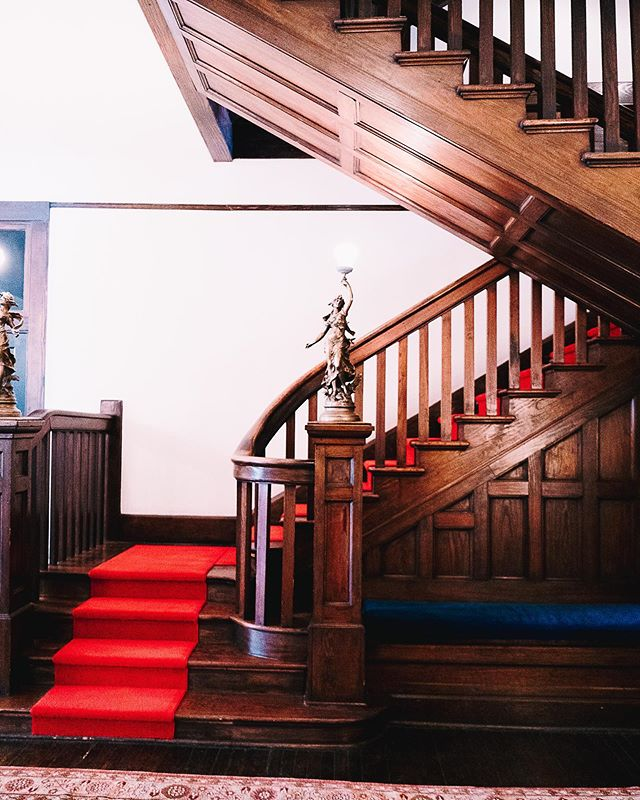 Have you got a thing for staircases? We sure do. Have you seen the incredible red carpeted wooden staircase at @havanasanantonio? 📷: @jackieleeyoung #bunkhousehotels