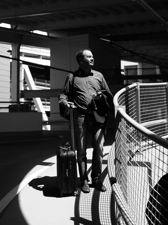 Portrait Dr. Thomas Finkbeiner, Kinderarzt in Tübingen und Telemediziner, fotografiert auf dem Gelände der Messe Stuttgart am Flughafen Stuttgart, Herr Finkbeiner war auf dem Weg zum Flughafen um nach Berlin und anschließend nach Tansania zu fliegen, am 28.05.2018, Stuttgart, DEU, Deutschland - Zweitverwendung nach MFM, Belegexemplar an: mail@sebastian-berger.de, Copyright Vermerk: Sebastian Berger www.sebastian-berger.de CREDIT: Sebastian Berger - Affalterbacher Str. 32 - 71686 Remseck - Germany - mobile +49 174 2437129 - mail@sebastian-berger.de - www.sebastian-berger.de