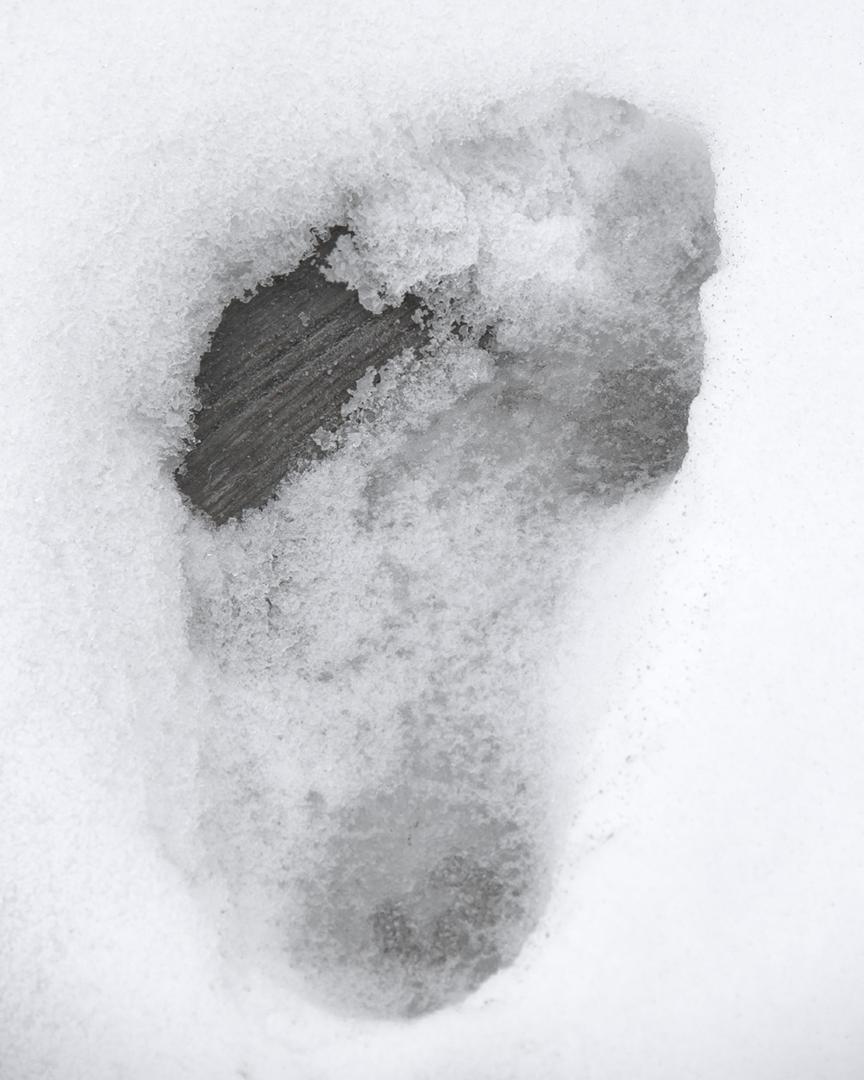 Robin-Butter-Below-Zero-Makes-The-Heart-Accelerate-04-winter-swimming-ice-copenhagen-sea-dive-water-body-man-swimmer-abstract-portrait-mysterious-dreamlike
