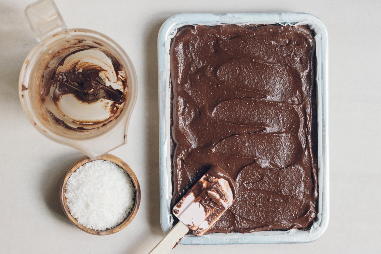 chokladglasyr och kokosflingor.