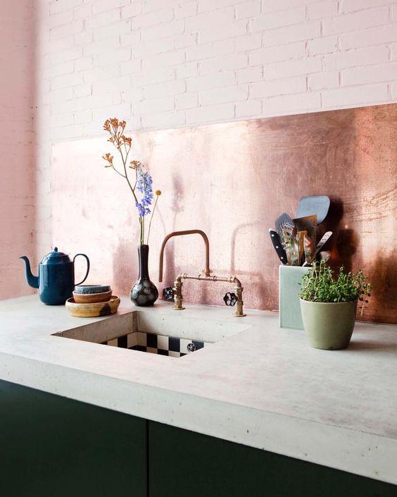 Kök med koppar & betong - Är helt kär i den här kombon av betong och koppar! Älskar enkelheten i det. Jag gillar både minimalistiska kök och kök som har lite mer hyllor och grejer som syns, men det här är ju helt klart en favorit om man ska gå på den minimalistiska looken. Sen ser det ju ut att vara sjukt enkelt att hålla rent… Det är alltid ett plus!