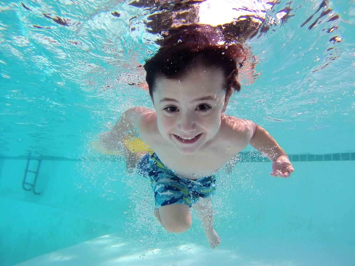 kid_swim_pool_underwater-621562.jpg