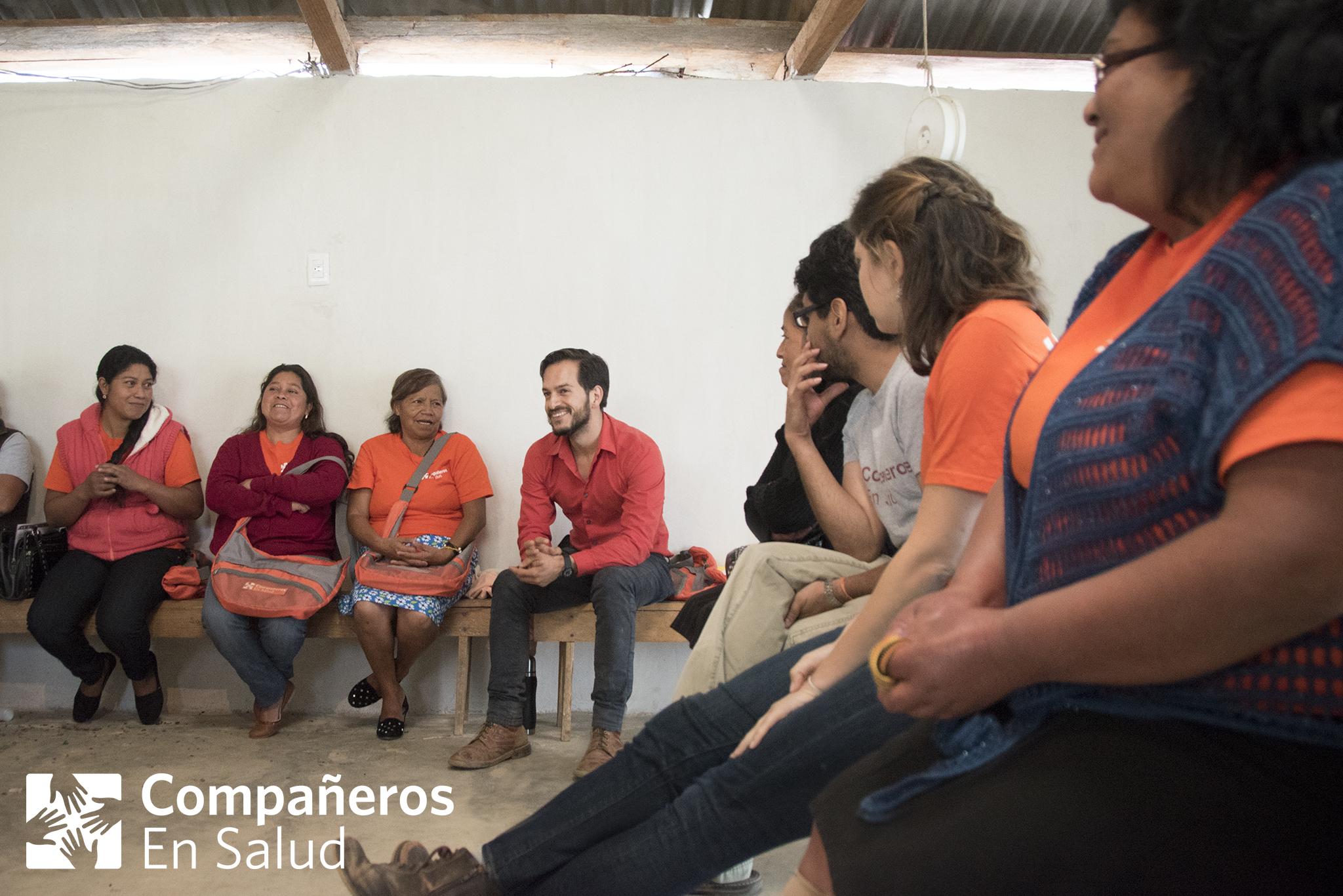 Las acompañantes Yadira Roblero (a la izquierda),Magdalena Gutiérrez,Catalina Rodríguez y el coordinador de programas comunitarios, el Dr. Rodrigo Bazúa, comparten sus experiencias con visitantes en la comunidad de Laguna del Cofre. Ahora conformando un equipo de más de 90 mujeres, las acompañantes son miembros de la comunidad que han sido capacitadas para realizar visitas domiciliarias para educar y apoyar a personas viviendo con enfermedades crónicas, niños con desnutrición y mujeres embarazadas.