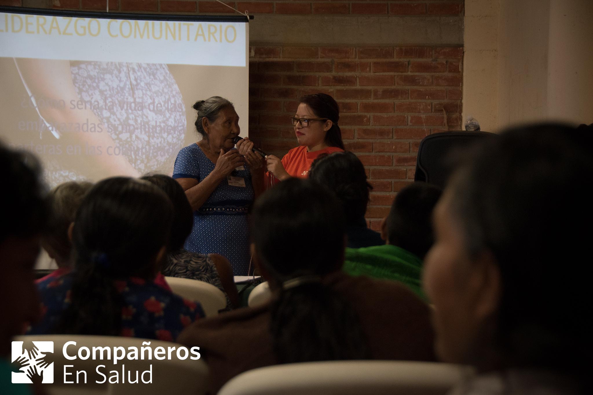 Este año, CES organizó una serie de eventos para crear intercambio de conocimientos entre parteras tradicionales de la región, el personal del hospital comunitario y nuestro equipo de salud materna. Durante el primer evento, más de 30 parteras de 20 comunidades se nos unieron en esta colaboración para el beneficio de todas las mujeres a que servimos. (De izquierda: la partera Margarita habla al grupo con la ayuda de la pasante de enfermería y obstetricia Estefanía Monterrosas Jiménez)