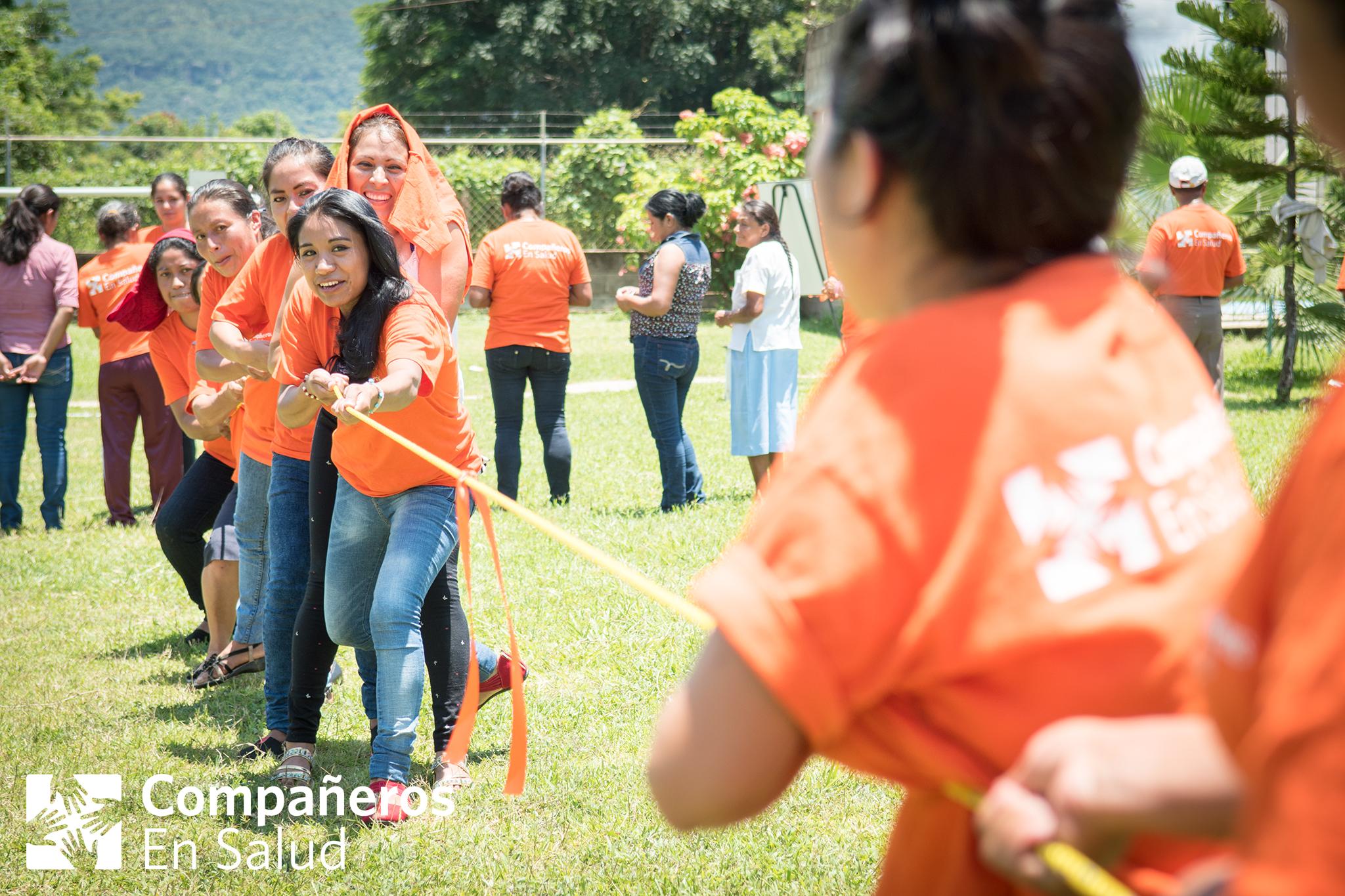 Nuestras acompañantes participan en un juego de la soga durante la celebración de acompañantes.