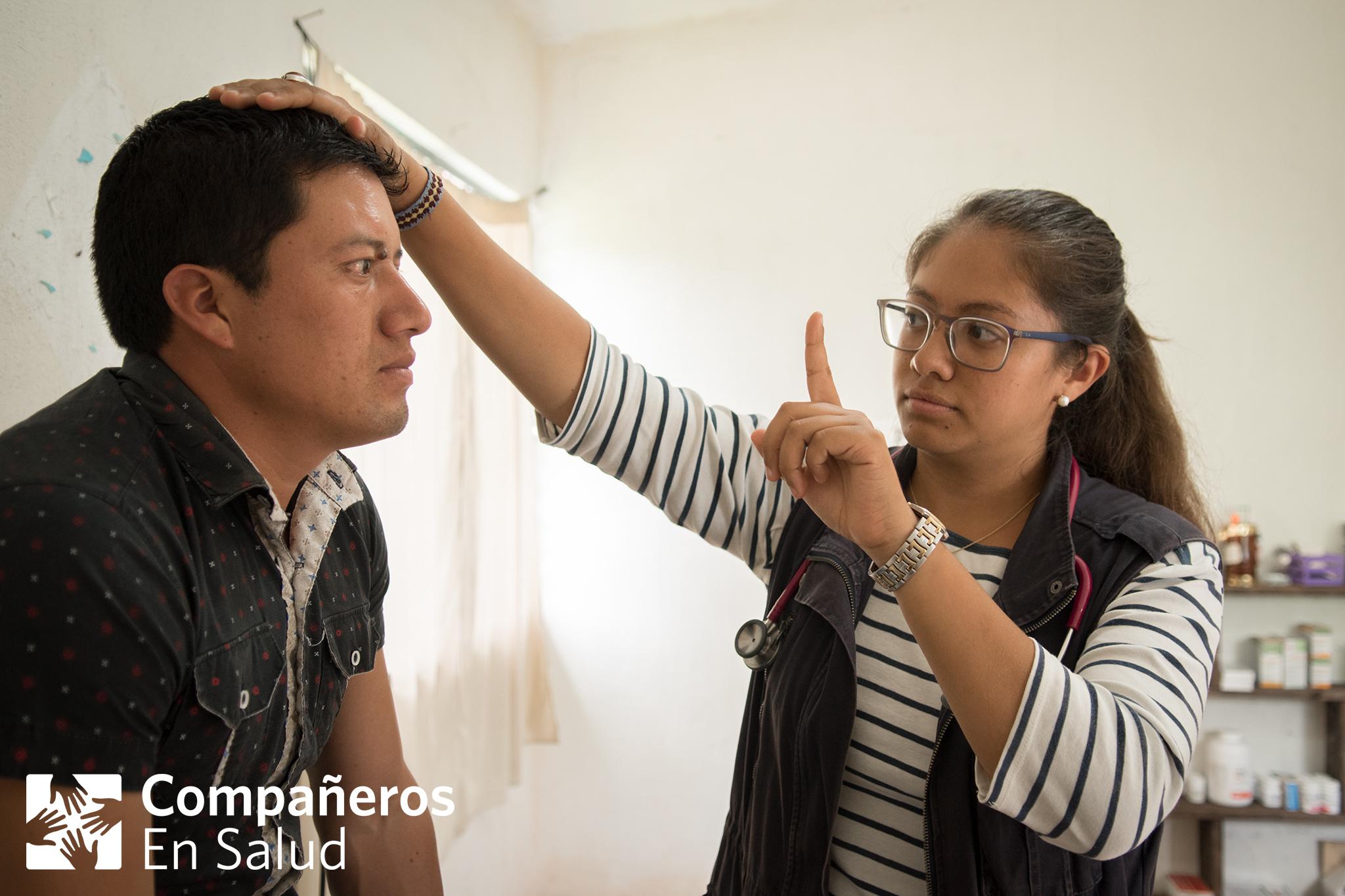 La Dra. Ariwame Reynoso revisa a Timoteo durante un chequeo en la comunidad de La Soledad. Después de obtener atención oftalmológica en la Ciudad de México a través del programa de Derecho a la Salud de CES, Timoteo no ha experimentado síntomas de amaurosis fugaz por casi un año.