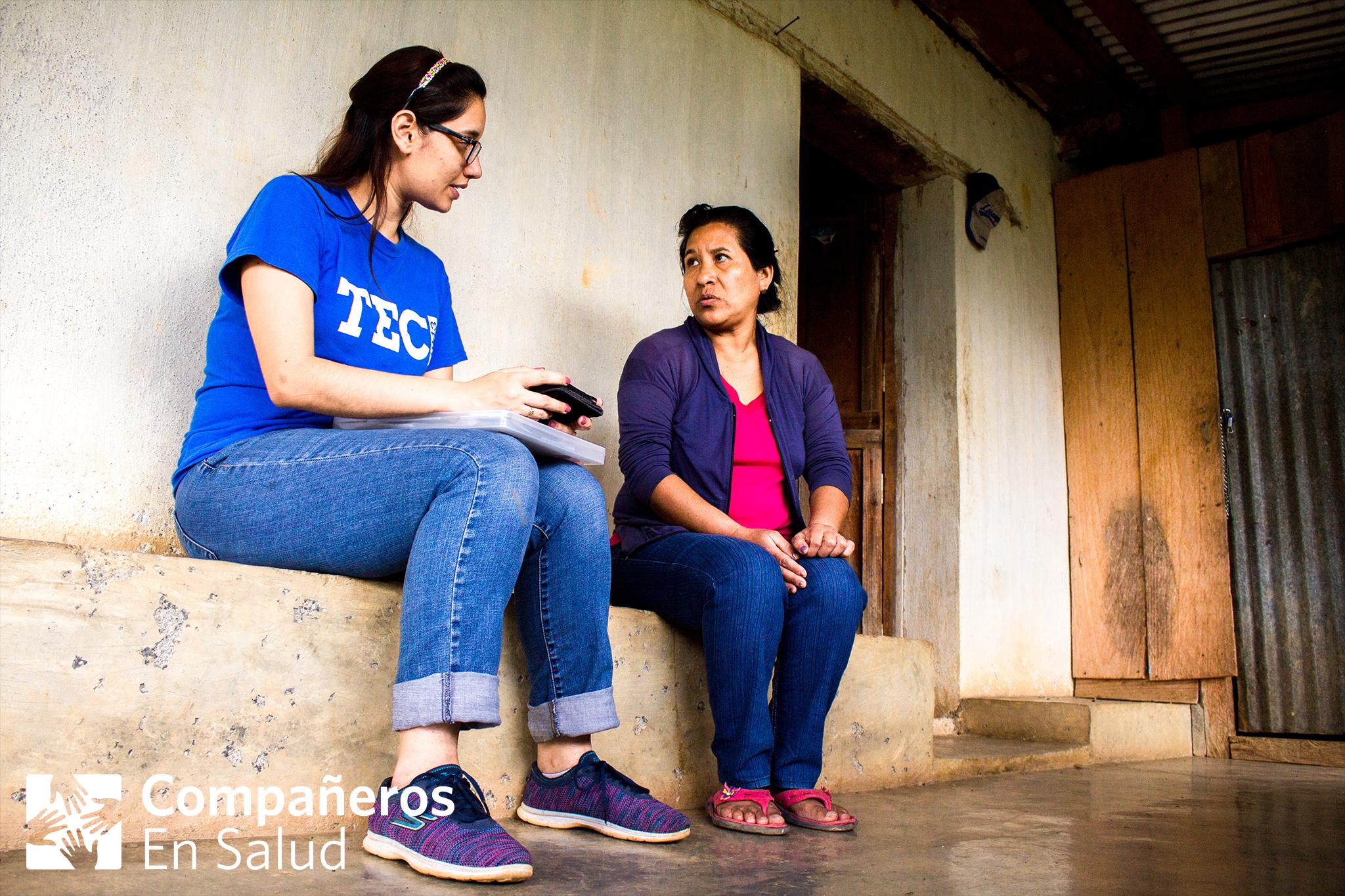 En cada casa, realizamos encuestas de salud a cada miembro de la familia.  Foto: Doña Maricela (derecha) recibe a Elizabeth Corzo en su casa para una encuesta.Foto por Rodrigo Noguez Tamayo