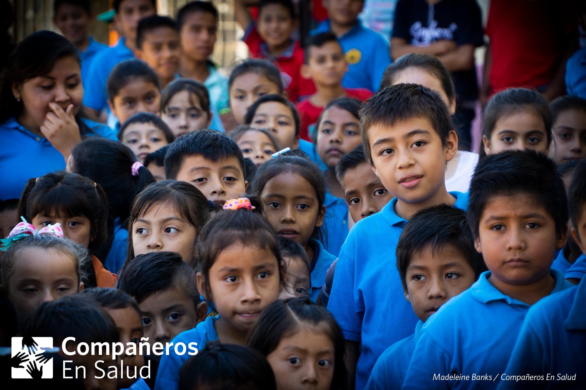 150 estudiantes aprendieron sobre los temas de suero, hidratación, higiene y parásitos durante pláticas realizadas por los voluntarios de Compañeros En Salud durante la Feria de la Salud en Jaltenango de la Paz.
