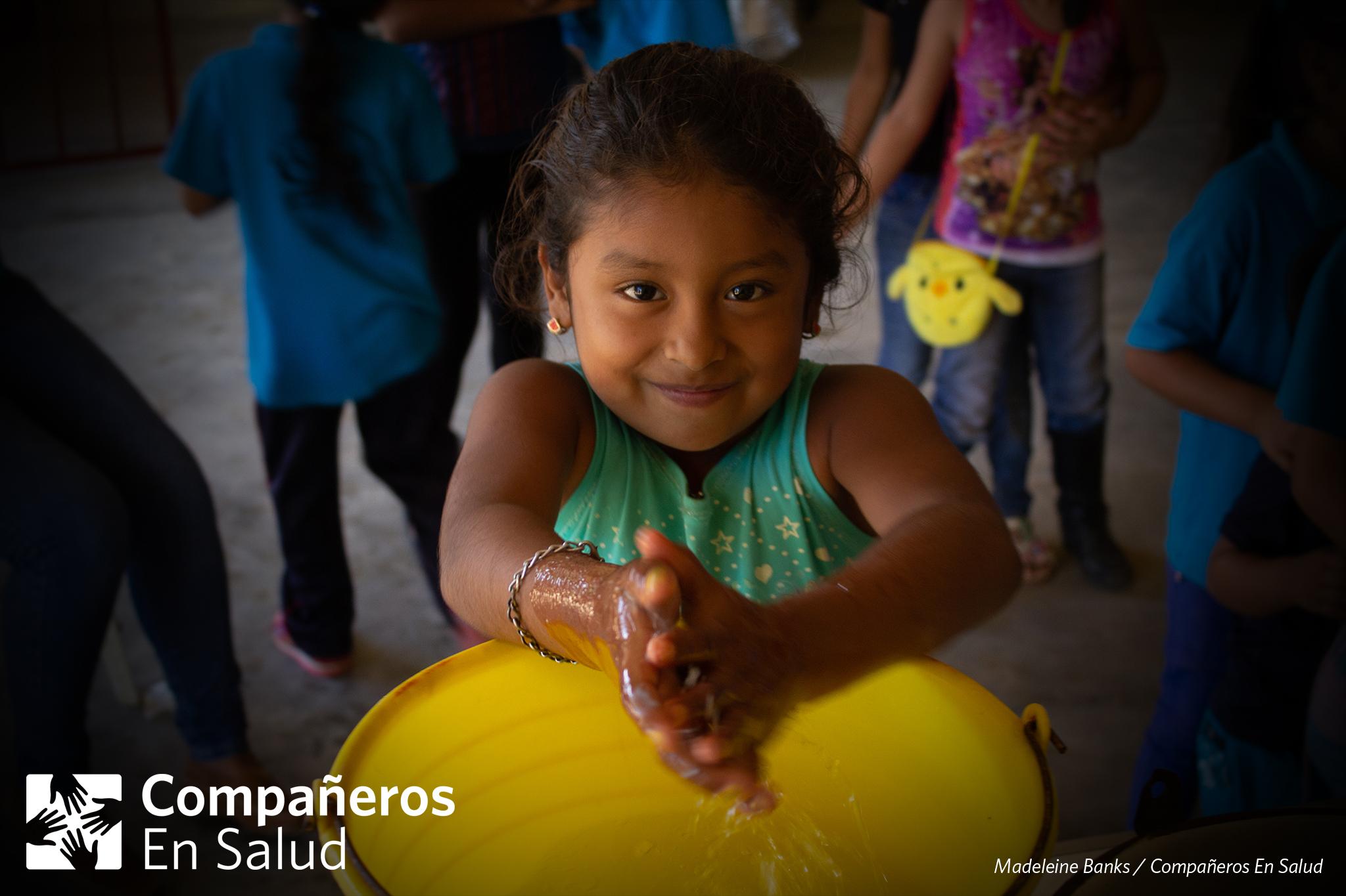 En la Feria de la Salud, los voluntarios de Compañeros En Salud realizaron un taller de cómo lavarse las manos y la comida, de una manera higiénica, para evitar los parásitos.