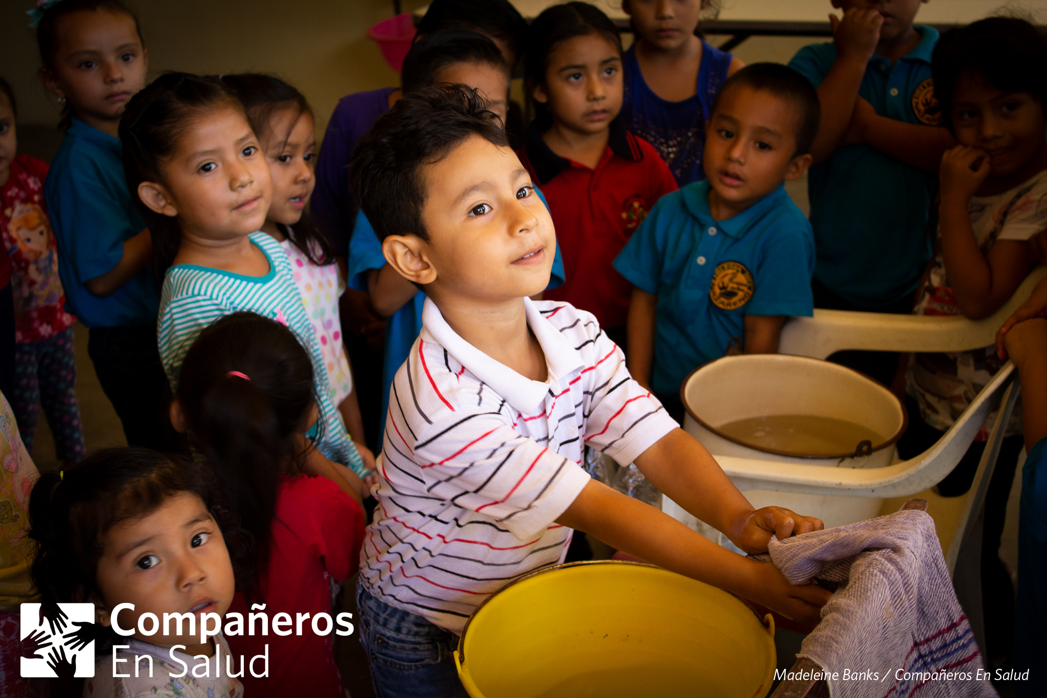 En un taller de la Feria de la Salud, los niños cantaron una canción con los voluntarios de Compañeros En Salud para que aprendieran por cuánto tiempo deben lavar sus manos.