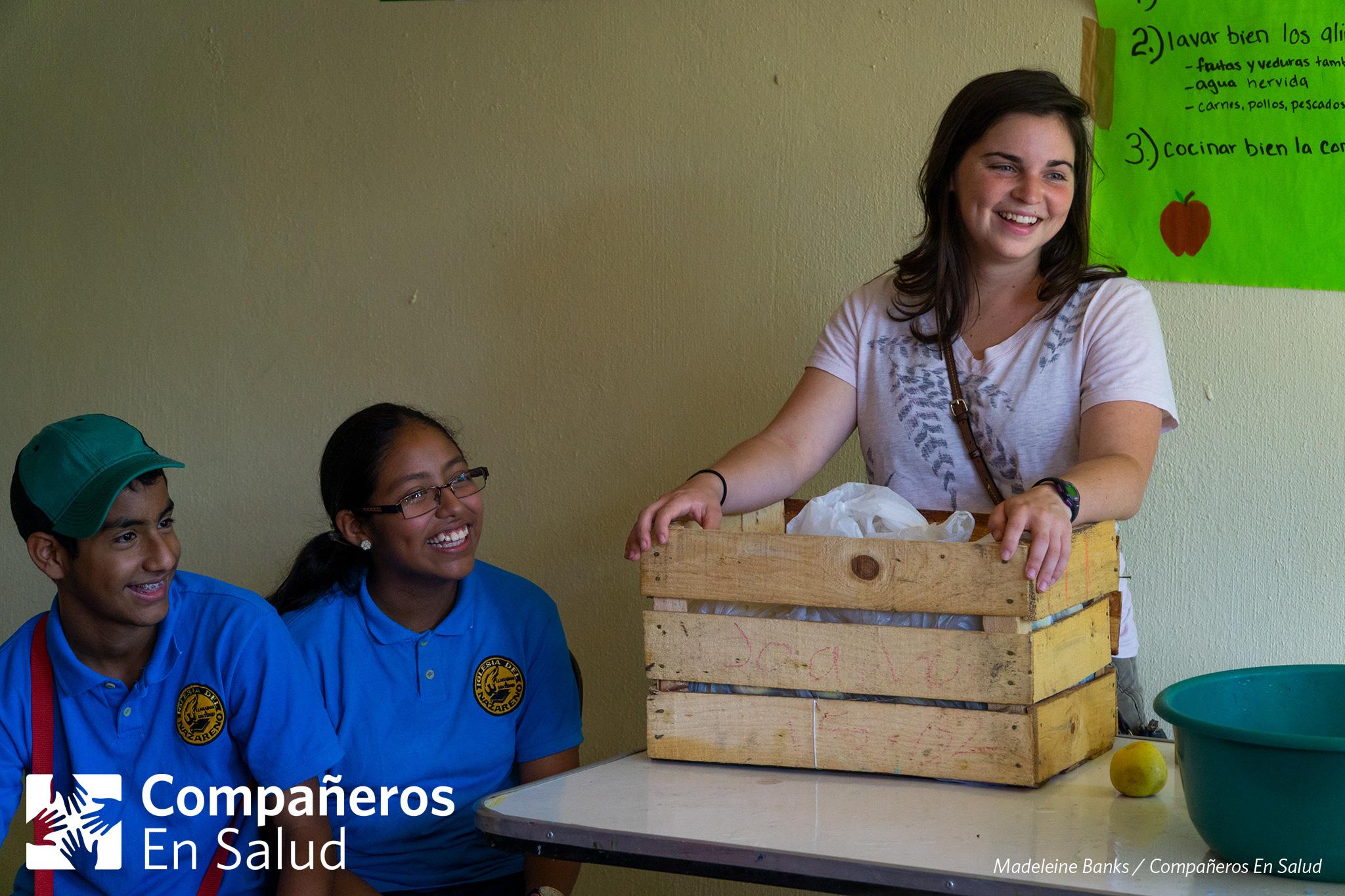Durante la Feria de la Salud, Lauren O'Connell, una voluntaria de Companeros En Salud, explicó la importancia de lavar la fruta y otra comida antes de comerse, para prevenir enfermedades gastrointestinales.