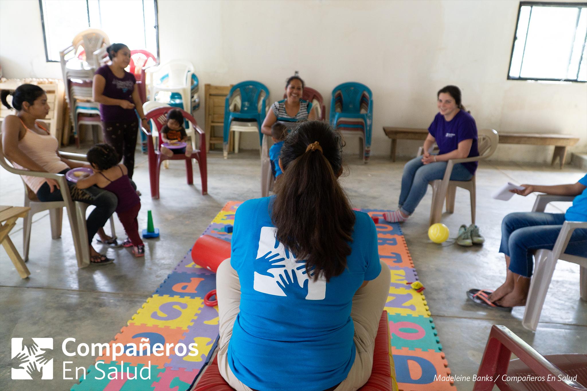 La Dra. Ariwame Reynoso da la introducción al programa de salud infantil para un grupo de mamás en la comunidad de Salvador Urbina.