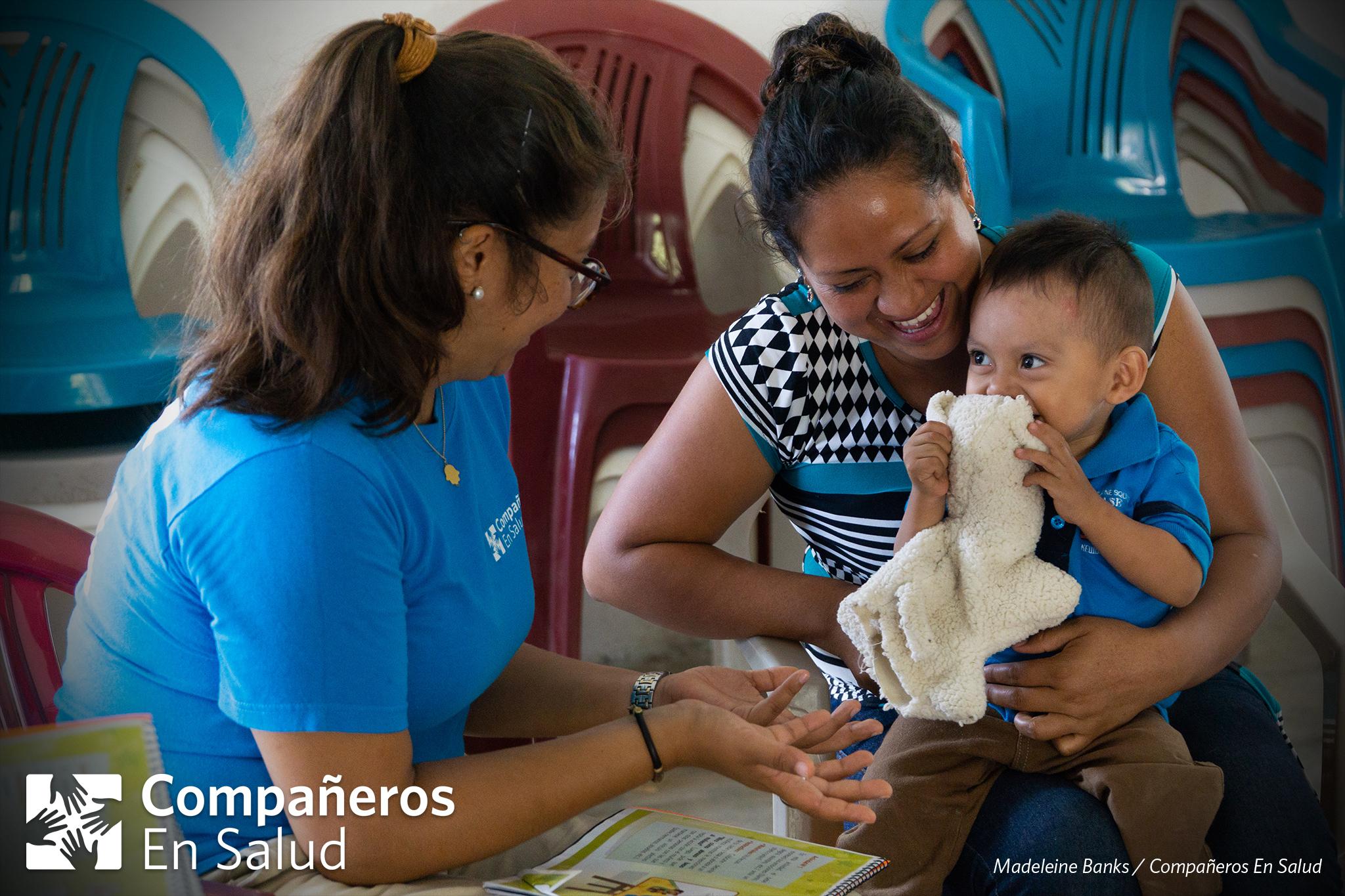 La Dra. Ariwame Reynoso (izquierda), coordinadora del programa de acompañantes en Compañeros En Salud, lidera una actividad con Jubencia Barrios Vázquez (derecha) y su hijo Andrei, en la comunidad de Salvador Urbina.