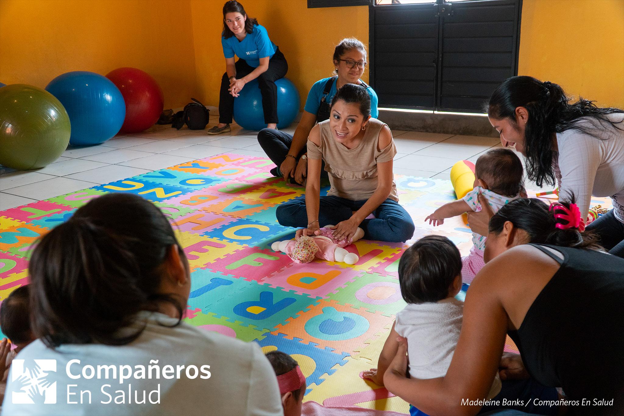 Luisa Fernanda Estrella Maza, experta en estimulación temprana y desarrollo infantil, trabajó con Compañeros En Salud para dar un curso para las acompañantes encargadas de los programas de salud infantil en sus comunidades.