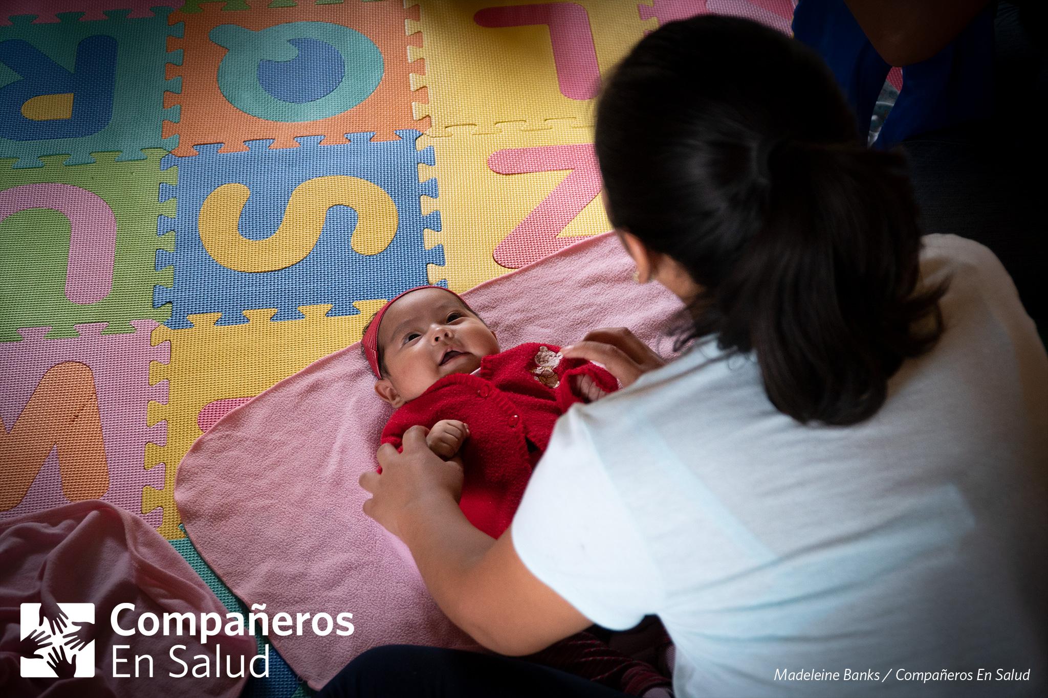 La mamá Norma Gomez Hernández practica cómo darle masajes a su hija Miriam durante un curso de desarollo infantil y estimulación temprana en Jaltenango de la Paz.
