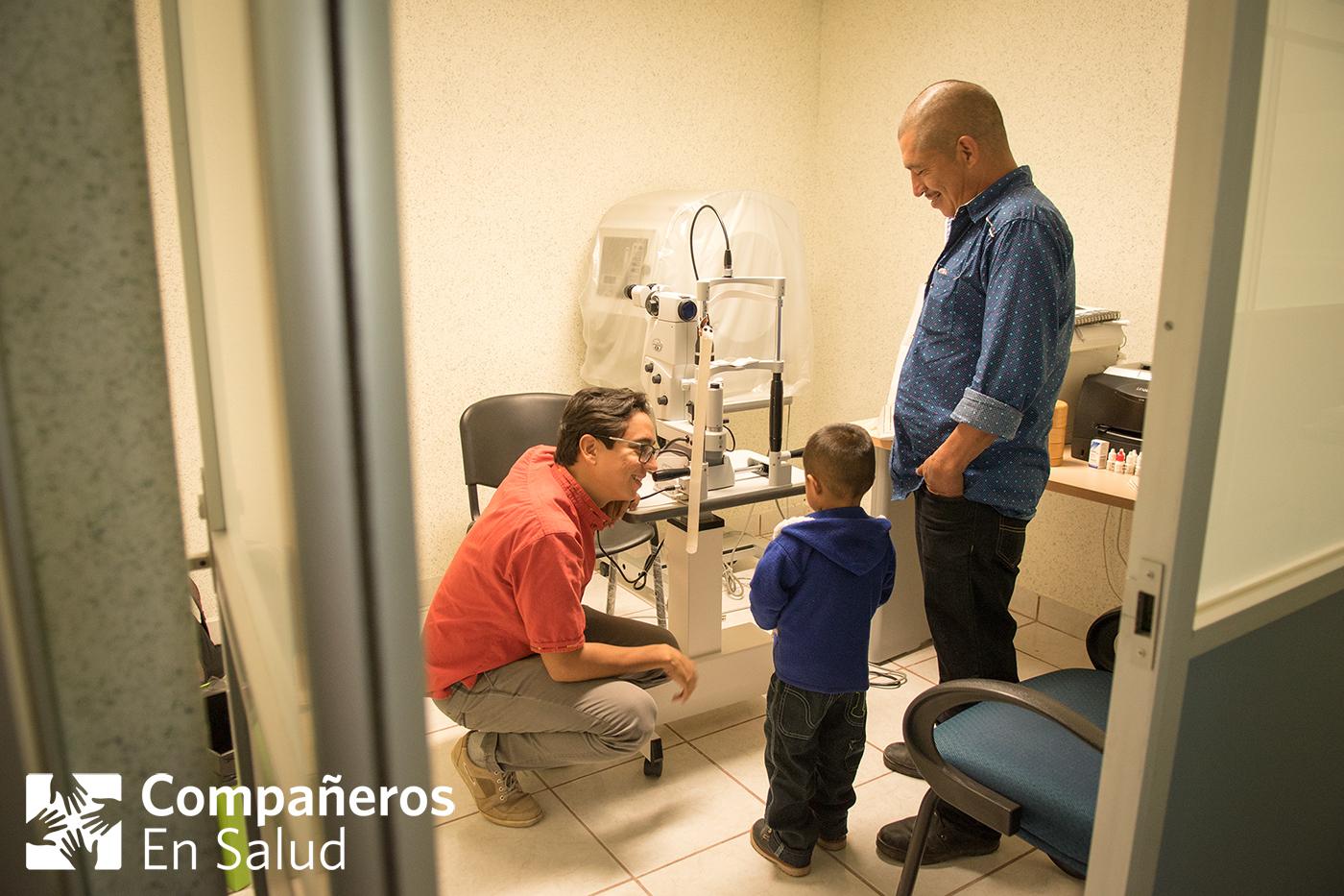 El Dr. Francisco Rodríguez muestra a Ernesto y su padre, Don Oscar, a la sala donde Ernesto recibiría tratamientos con láser como atención de seguimiento después de dos cirugías de cataratas exitosas.