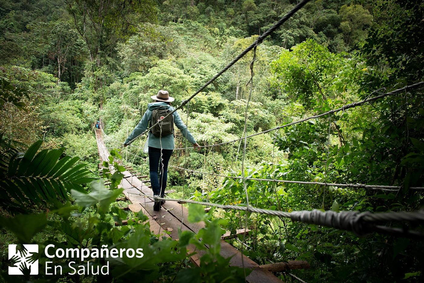 Foto: Daniela Santos, estudiante de medicina, cruza un puente con sus compañeros para seguir a la próxima comunidad en donde realizarían encuestas de salud.