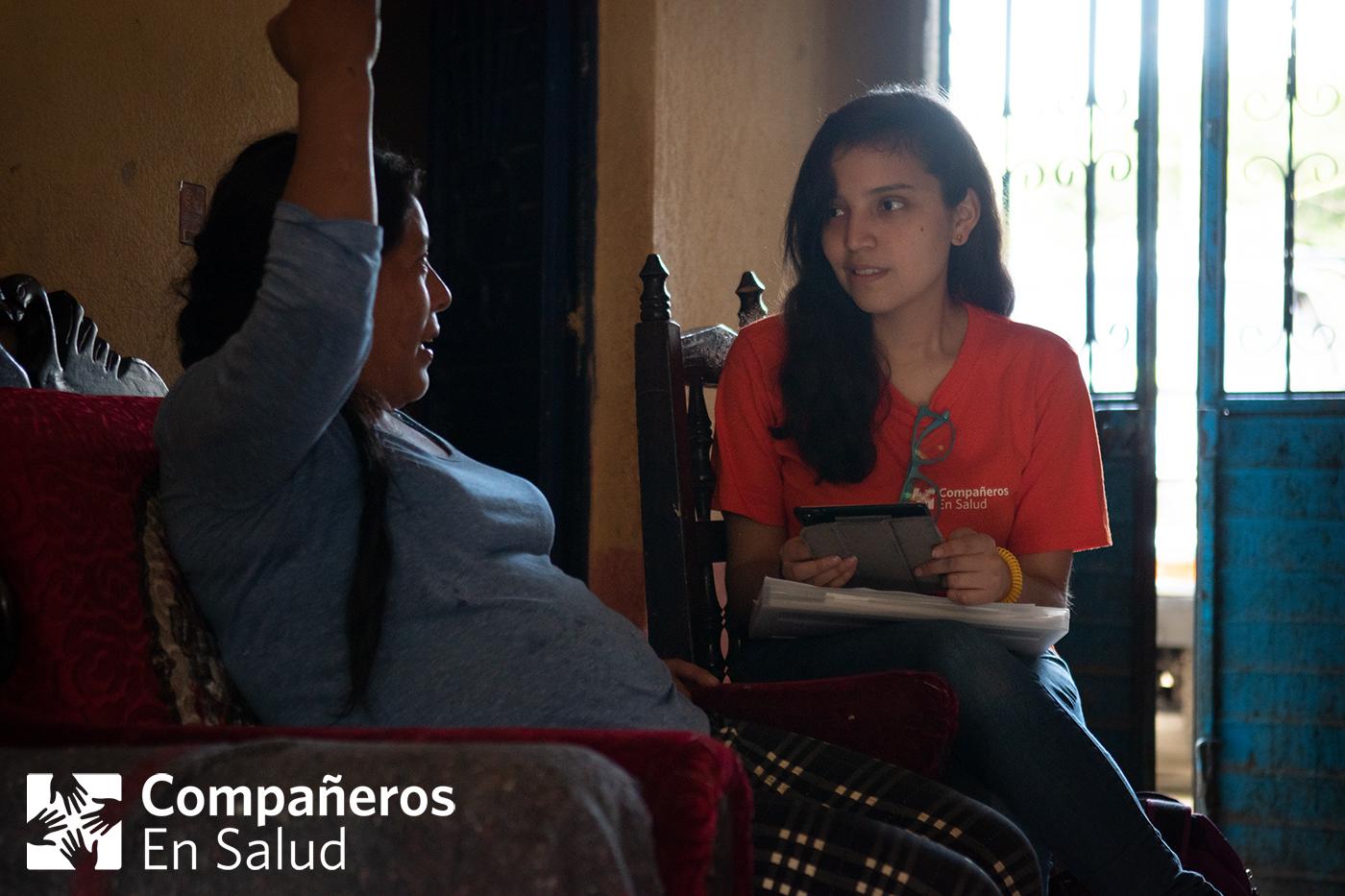 En cada casa realizamos encuestas de salud a cada miembro de la familia.  Foto: Doña Felicita recibe a María Fernanda Reyes Chávez, estudiante de medicina, en su casa para las encuestas de salud de su familia