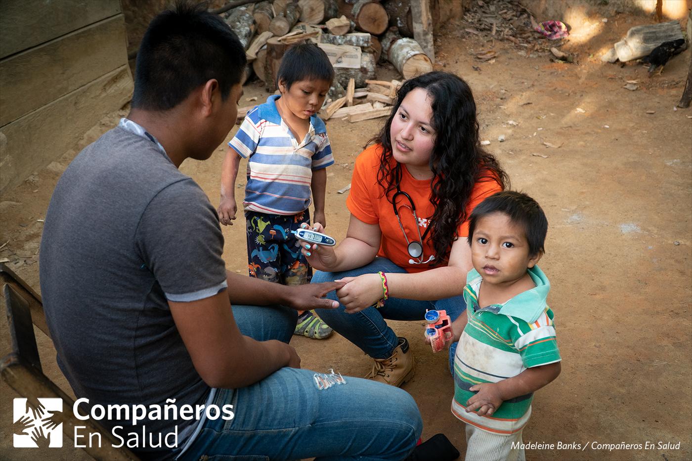 Foto: Berenice Morales Montoya, estudiante de medicina, mide el nivel de glucosa de Don Martín durante las encuestas de salud.