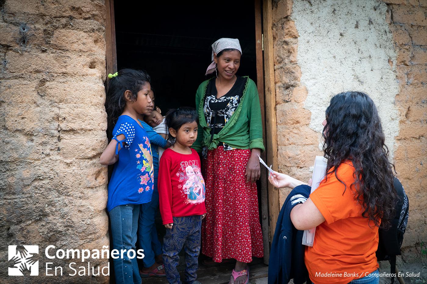 Foto: Berenice Morales Montoya, estudiante de medicina, pasa una nota a Doña Marina que describe las vacunas que sus niños deben recibir.