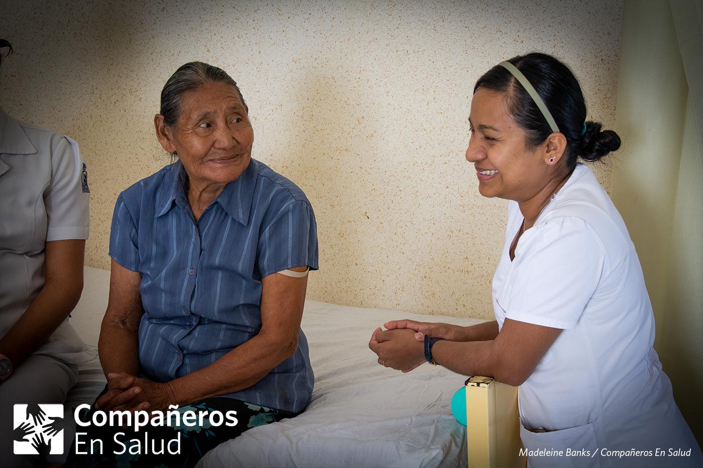 Foto: Doña Margarita Pérez Jiménez (izquierda), una partera tradicional de la zona rural de Chiapas, con la enfermera y supervisora clínica Fabiola Ortiz en la Casa Materna apoyada por Compañeros En Salud en Jaltenango de la Paz.