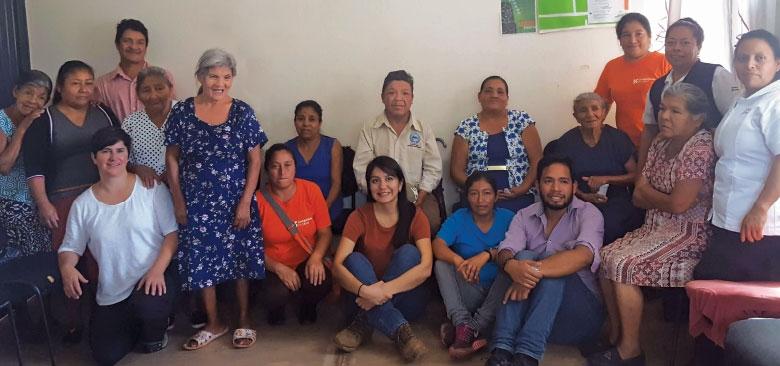 Carolina Noya (arrodillada, tercera desde la izquierda) se une a las pacientes, proveedores y trabajadores comunitarios de salud en la primera cita médica compartida en una clínica comunitaria rural en Soledad, Chiapas.