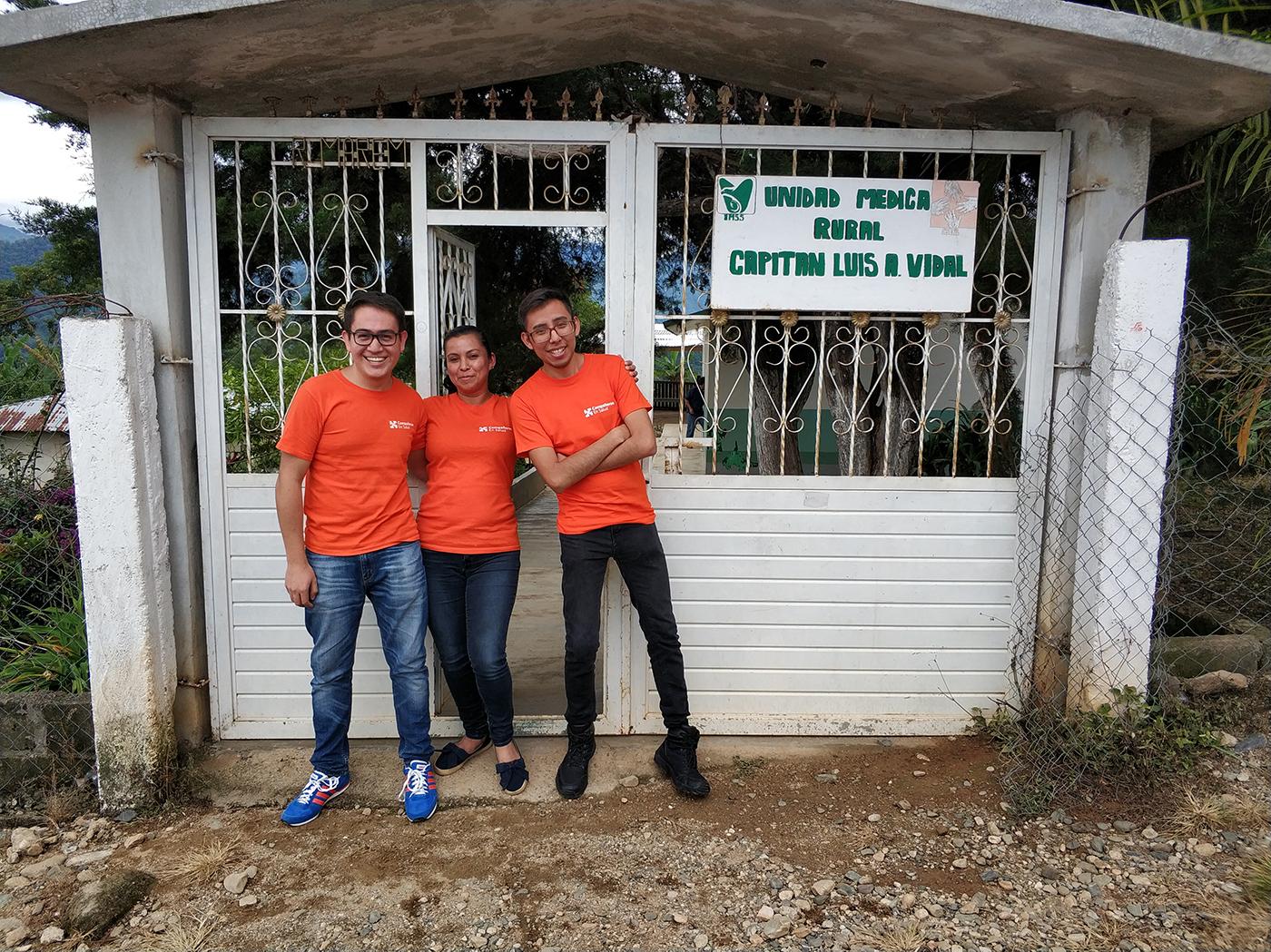 El Dr. Francisco Guadarrama, la enfermera Mónica Sofía Córdova Roblero, y el Dr. Alejandro Pacheco frente a la clínica en Capitán Luis A. Vidal.