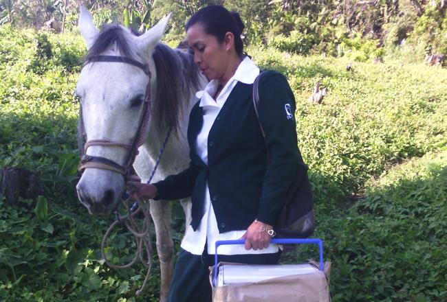 Foto tomada por la Dra. Nadia Sánchez    La enfermera Mónica Sofía Córdova Roblero lleva una hielera con vacunas mientras realiza visitas domiciliarias en las comunidades que se encuentran en Capitán Luis A. Vidal, un pequeño municipio rural de Chiapas.
