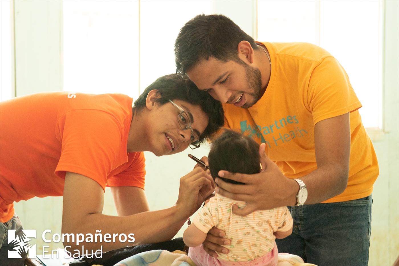 El Dr. Argel Martínez (derecha) acompaña al Dr. José Luis Graciliano García (pasante de medicina a quien supervisa) durante una consulta médica con una bebé en la comunidad rural de Villa Morelos, Chiapas.