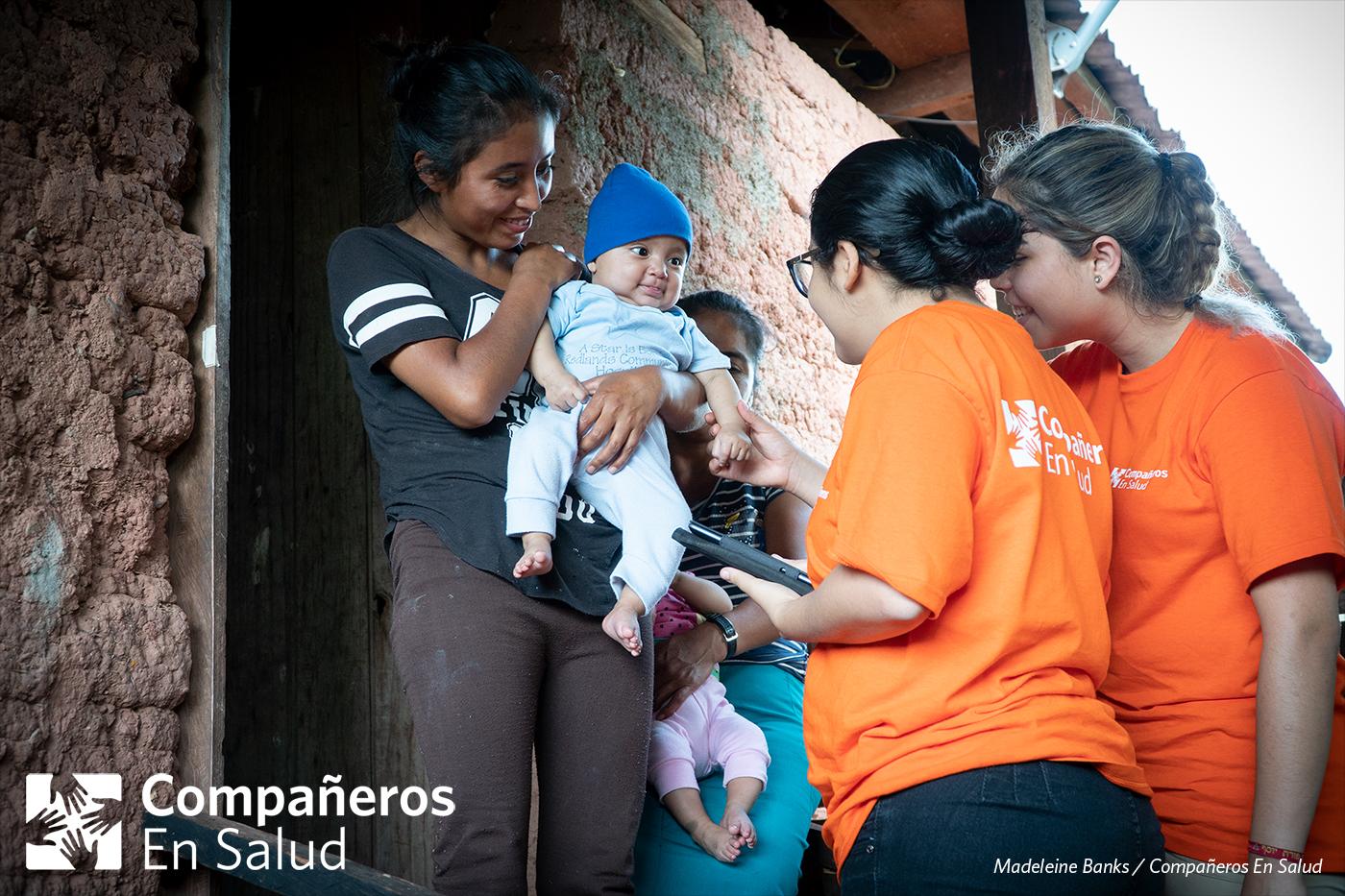 En cada casa, piden permiso para realizar encuestas de salud a cada miembro de la familia.  Foto: Doña Araceli y su hijo Arley reciben a las estudiantes de medicina, Karen Yunuen y Gala Limón Saldivar, en su casa.