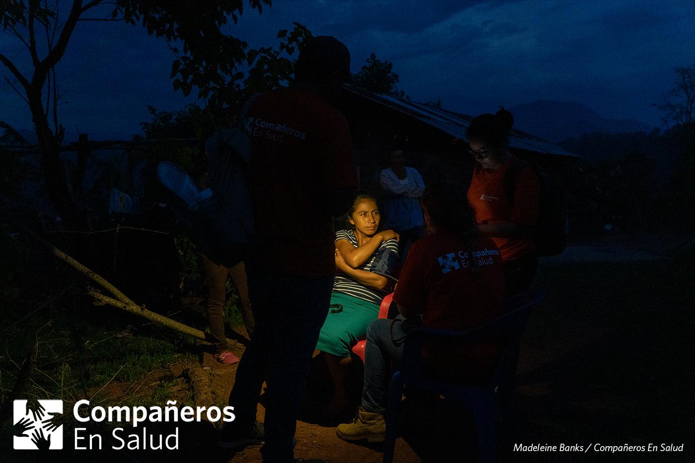 Se quedan hasta que le hayan realizado encuestas para cada miembro de la familia.  Foto: Karen Yunuen y Gala Limón Saldivar, estudiantes de medicina, toma la presión a doña Rosalinda fuera de su casa durante las encuestas de salud.
