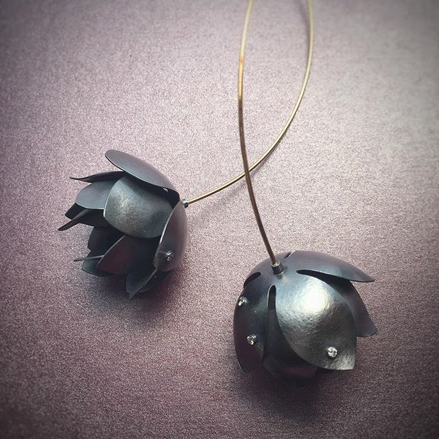 #freshcutflowers 💐 made and sold. Didn't even get to see the inside of the #jewelry case.  #flowerjewelry #blackandgold #lagunabeachjewelry #lagunabeach #festivaljewelry #karinwordenjewelry #botanical #lagunabeach #festivalofarts #diamonds